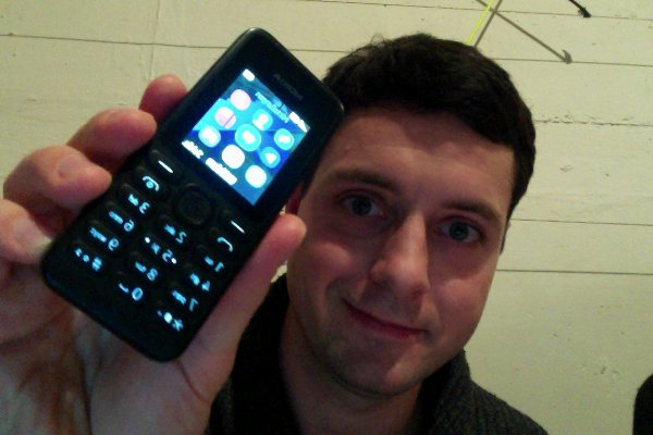 Mit einem Tastenhandy kann man telefonieren und SMS schreiben. Außerdem ist es robust und der Akku hält eine Woche.